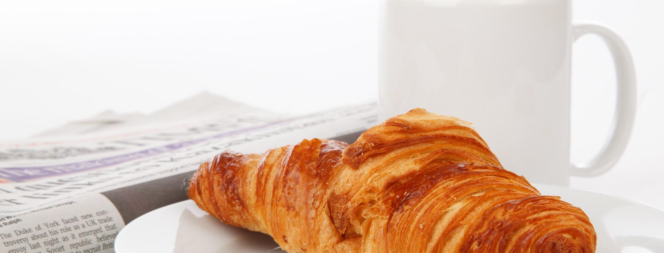 Croissant bredvid mugg