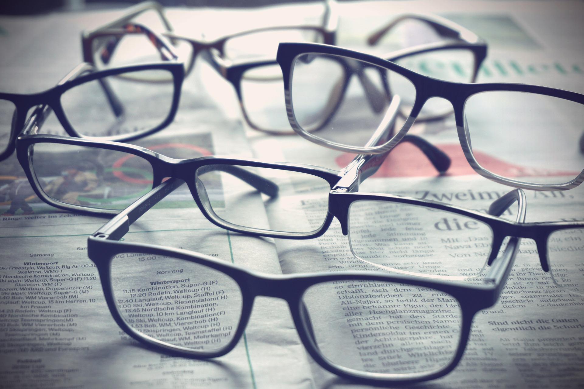 Glasögon som ligger på tidningar