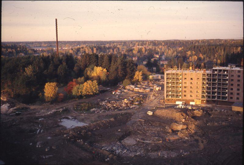 Bild på byggnad bredvid konstruktionsplats